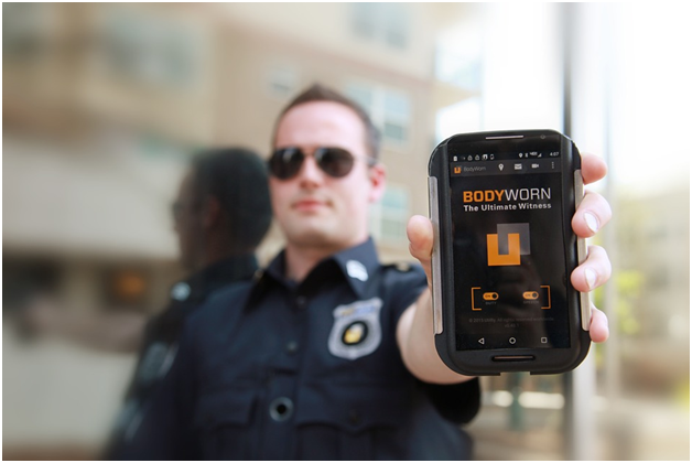 US police officers test out body worn cameras before city-wide rollout